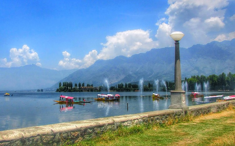 Must visit dal lake with family in Srinagar